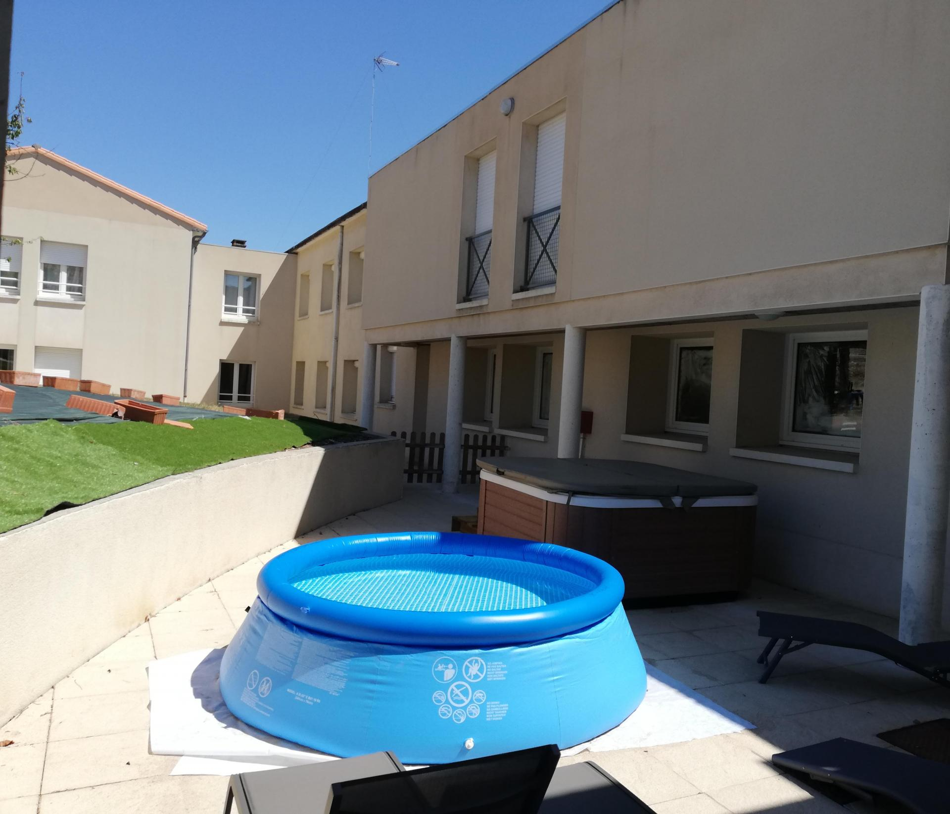 Jacuzzi (gratuit juillet-août) et piscine gonflable pour enfant